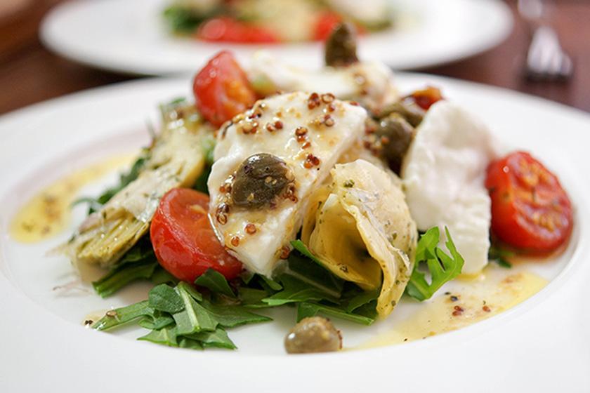 Salat mit gebackener Tomate, Artischoke und Büffel Mozarella in Zitronen-Kapern-Dressing