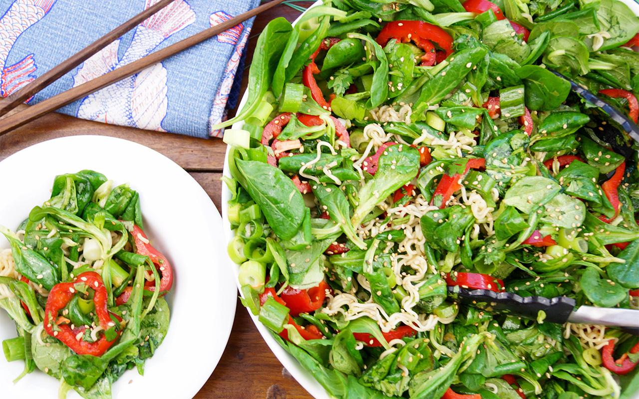 Asiatischer Nudelsalat mit Paprika, Koriander und Feldsalat