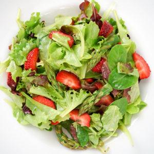 Zarter Mesclun-Frühlingssalat mit Erdbeeren und grünem Spargel