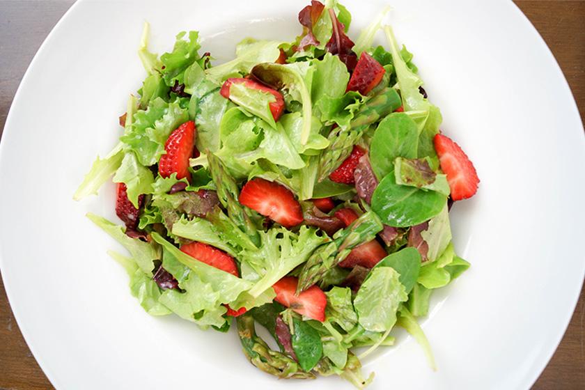 Zarter Mesclun-Salat mit Champagner-Vinaigrette, grünem Spargel und Erdbeeren