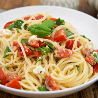 Pasta mit Feta-Käse und frischem Basilikum von Elle Republic
