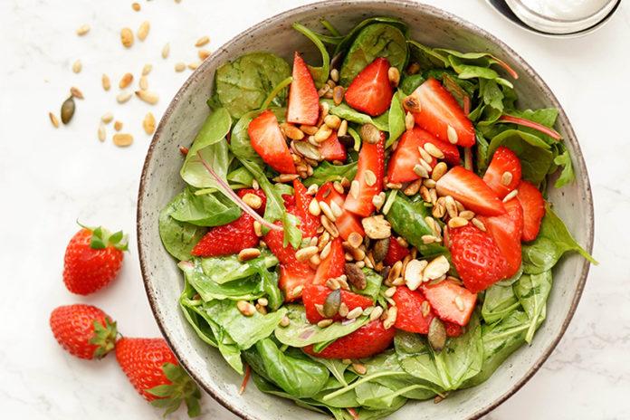 Spinat-Salat mit Erdbeeren und Zitronendressing von Elle Republic