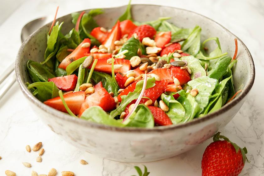 spinat salat mit erdbeeren und zitronendressing elle. Black Bedroom Furniture Sets. Home Design Ideas