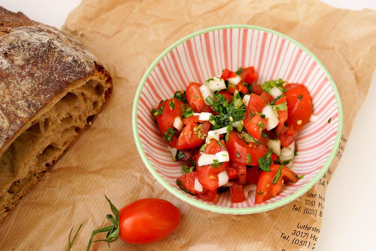 Würziger Tomatensalat mit Chilischoten