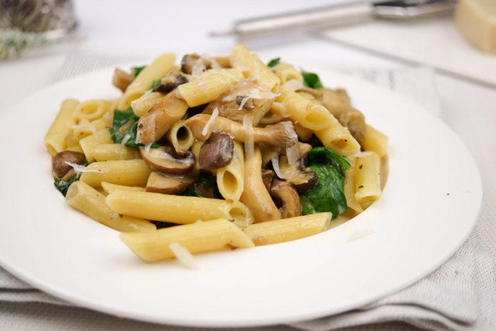 Pasta mit Spinat, Pilzen und frischen Kräutern in Gorgonzola-Soße
