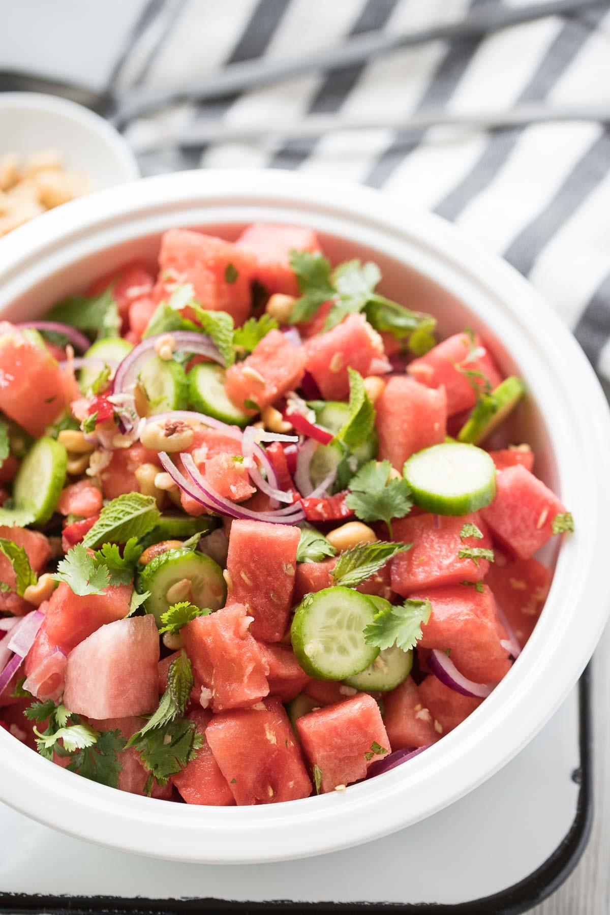Thailändischer Wassermelonen-Salat Rezept mit Gurke, Chili und Koriander