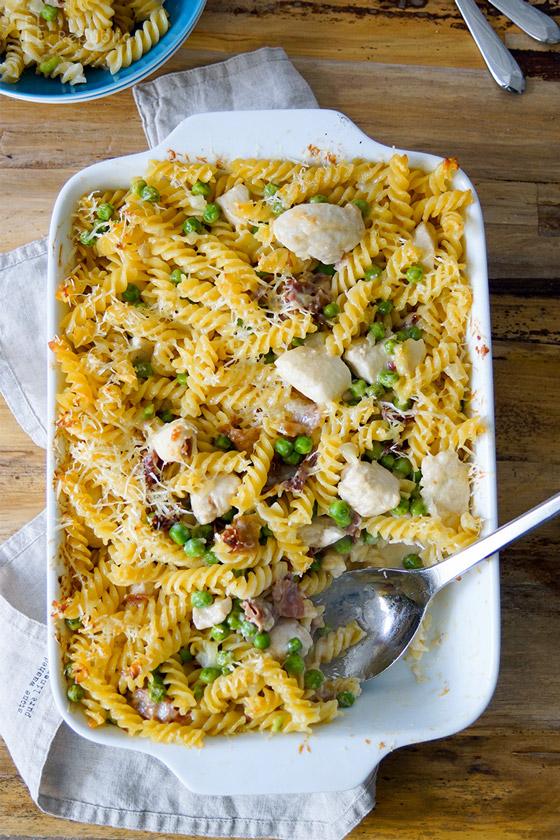 Nudelauflauf Rezept: Gebackene Pasta mit Huhn, Parmaschinken, Erbsen und Sahne