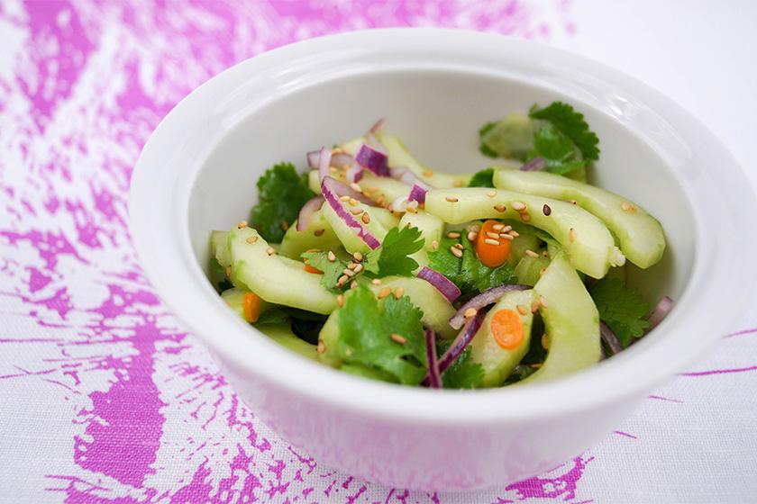 Asiatischer Gurkensalat mit Koriander und Sesamkernen