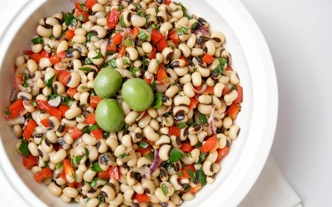 Schwarzaugenbohnen-Salat griechischer Art mit Kalamata Oliven