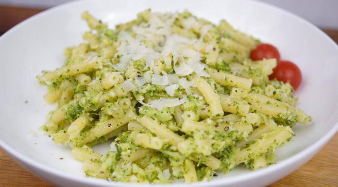 Rezept für frisches Brokkoli-Pesto mit Knoblauch, Zitrone, Chili-Flocken, Pinienkerne und Parmesan