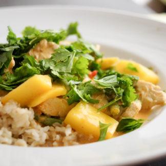 Rotes Thai Curry mit Huhn und Mango