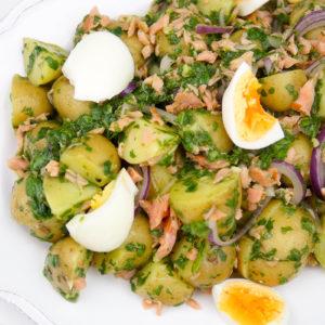 Warmer Kartoffelsalat mit geräuchertem Lachs, Eier, Spinat Pesto