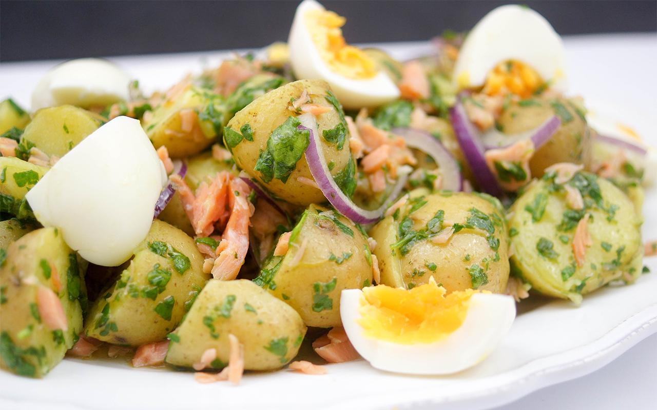 Warmer Kartoffelsalat mit geräuchertem Lachs Rezept
