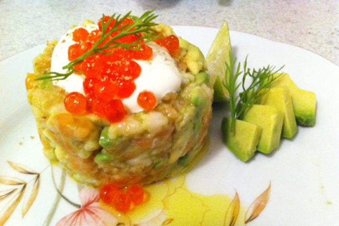 Geräucherter Lachs-Tartar mit Avocado und Garnelen