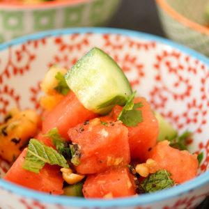 Chili-Obstsalat Fruchtsalat mit rote Chili, Minze und Koriander