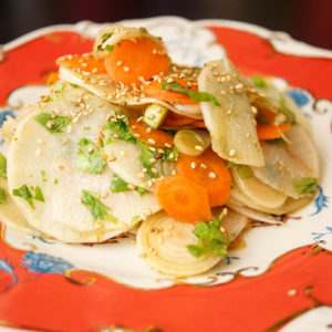 Japanischer Daikon-Rettich mit Karotten-Krautsalat