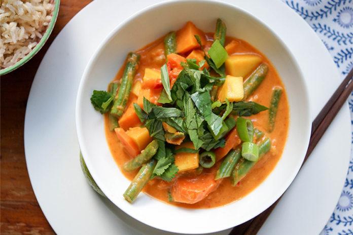 Rotes Thai Curry mit Mango und süßen Kartoffeln