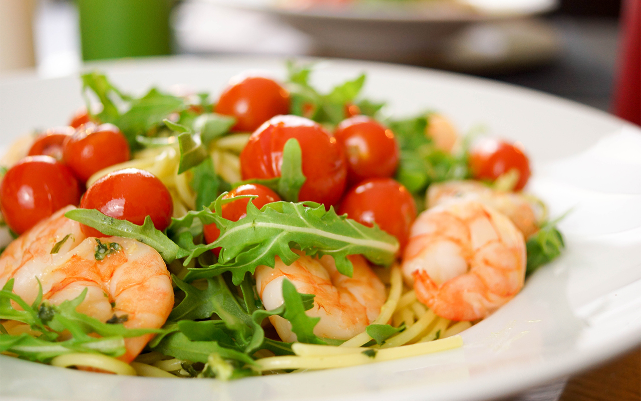 Spaghetti mit frischem Pesto, Arugula, Krabben und Cherry-Tomaten