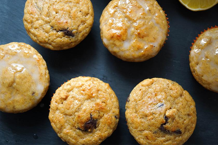 Zitronen-Buttermilch-Muffins mit dunklen Schokoladestücken