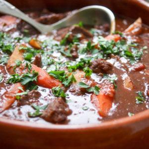 Asiatischer Rinderschmortopf (Beef Stew) mit Hoisin-Rotwein-Soße und Tomaten von Elle Republic
