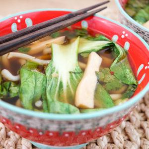 Klassische Asiatische Suppe von Elle Republic