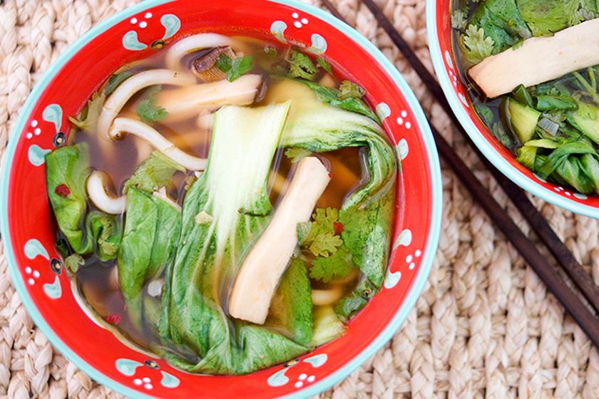 klassische asiatische suppe mit udon nudeln und pak choi rezept elle republic einfach gesund. Black Bedroom Furniture Sets. Home Design Ideas
