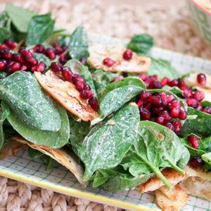 Spinat-Salat mit Tahin-Dressing & Granatapfelkernen