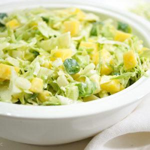 """Spitzkohl Salat mit Apfel und Mango ist ein Rezept für einen amerikanischen Klassiker - den """"Coleslaw"""" Krautsalat"""