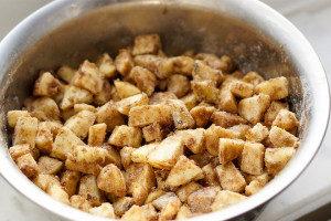 Apfelstücke für glutenfreien Apfelkuchen von Elle Republic
