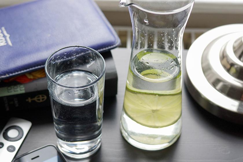 Wasserglas am Schreibtisch von Elle Republic