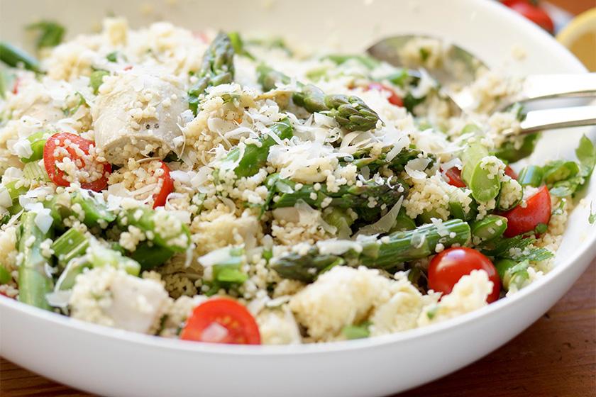 Couscous-Salat mit Spargel und Artischocken