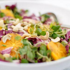Kaki Persimmon und Brunnenkresse-Salat mit Rhabarber-Ingwer-Dressing