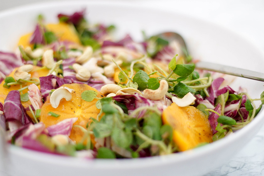 Dattelpflaume Persimmon und Brunnenkresse-Salat mit Rhabarber-Ingwer-Dressing