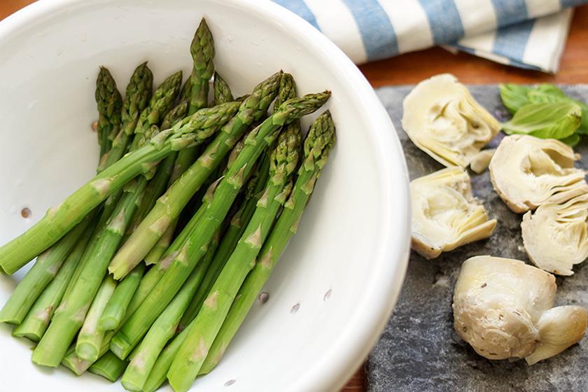 Grüner Spargel für Couscous-Salat mit Spargel und Artischockenherzen
