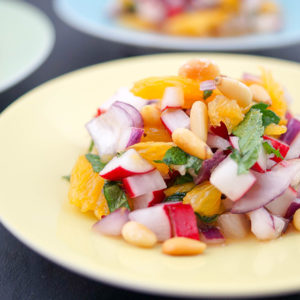 Radieschensalat mit Orange, Minze und Pinienkernen