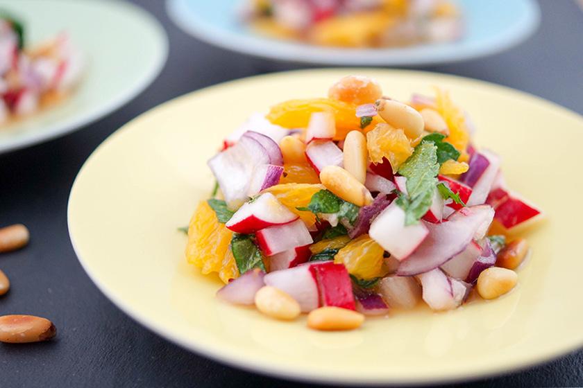 Radieschen-Salat mit Minze, Orange und Pinienkernen von Elle Republic