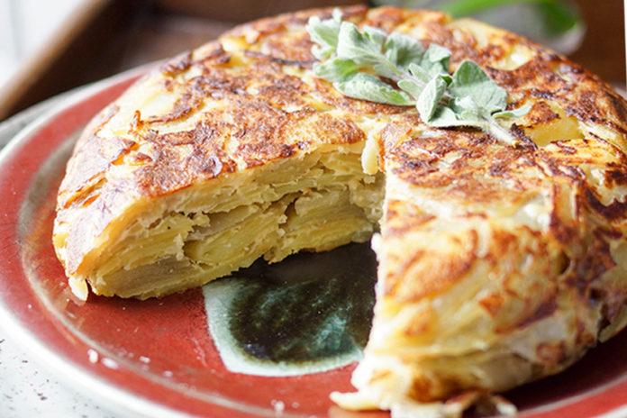 Spanische Tortilla (Spanisches Kartoffel-Omelette) von Elle Republic
