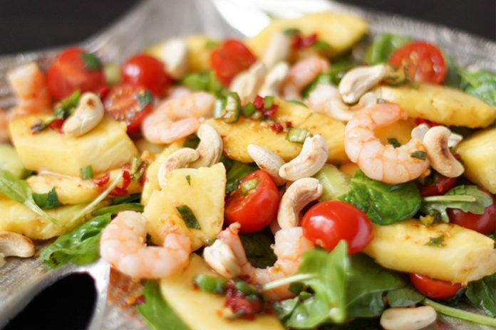 Thai-Salat mit Riesengarnelen und Ananas von Elle Republic