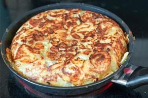 Tortilla in der Pfanne auf der Oberseite braten von Elle Republic