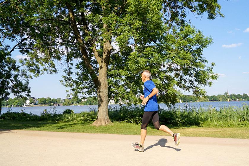 Älterer Mann beim Jogging, Laufen, längeres Leben, Alster, Sport