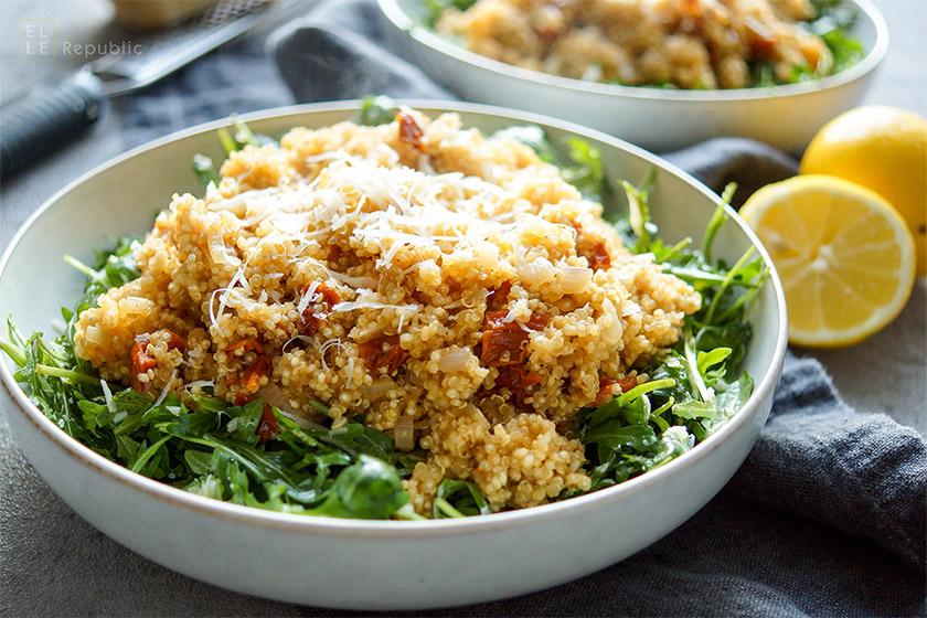 Rucola-Salat mit warmem Quinoa und sonnengetrockneten Tomaten rezept. eiinfach, gesund und glutenfrei