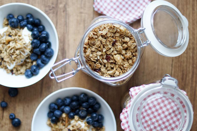 Granola (Knuspermüsli) mit Blaubeeren