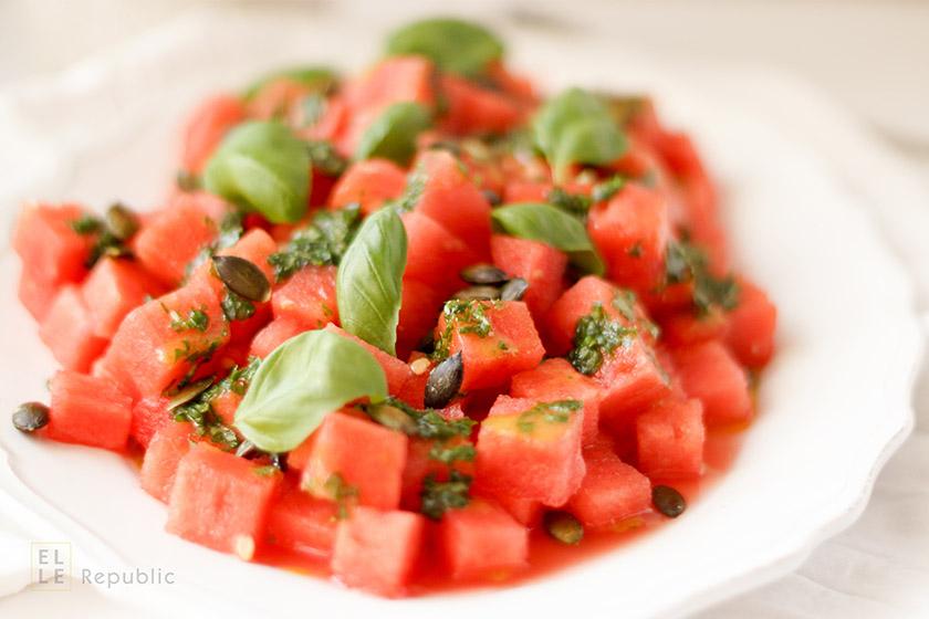 Wassermelone Salat mit Basilikum-Öl und Kürbiskernen