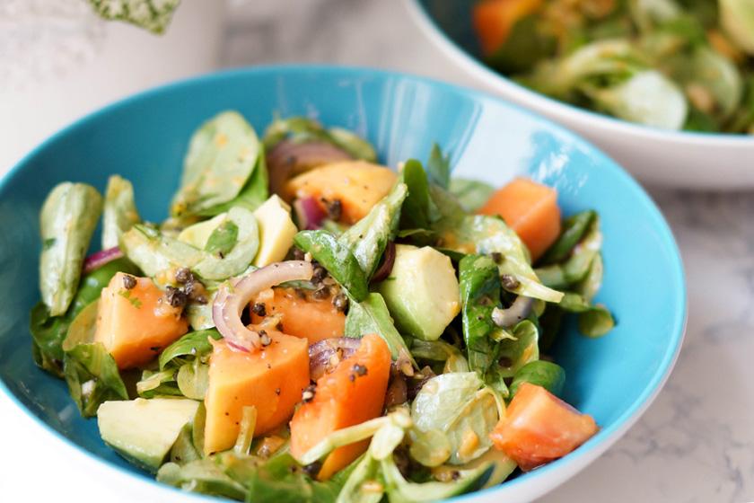 Avocado Salat mit Papaya und roten Zwiebeln in ein Papaya-Kerne Dressing