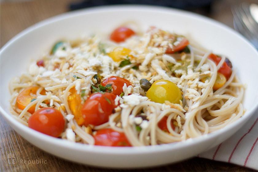 Pasta mit Heirloom Tomaten, Sardellen, Kapern und Oliven
