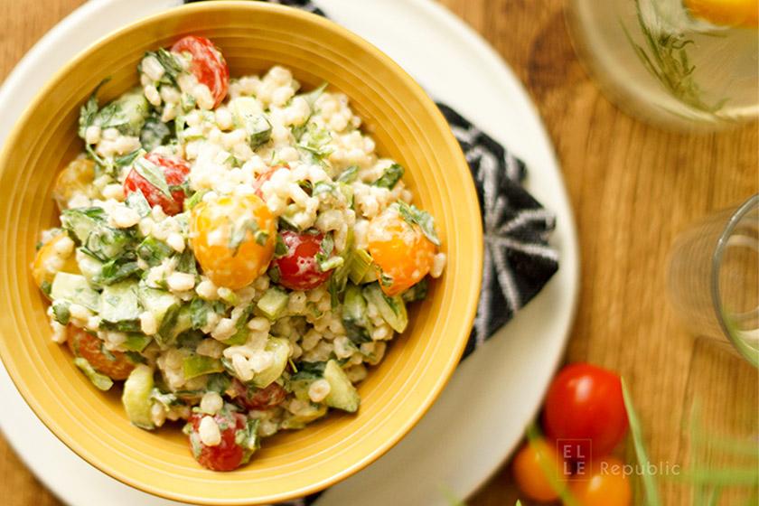 Gerste Salat mit Tomate, Joghurt und Zitrone