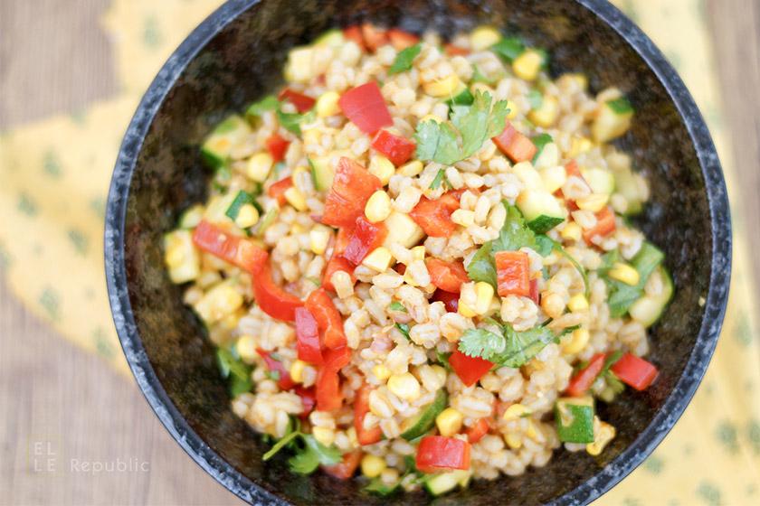 Rollgerste Salat mit geröstetem Mais und Zucchini