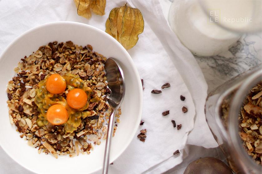 Buchweizen Granola, Knuspermüsli, Kascha, Kokoa NIbs, Kokosflocken, Haferflocken, Leinsamen, Kokos-Öl, Johannisbrot,