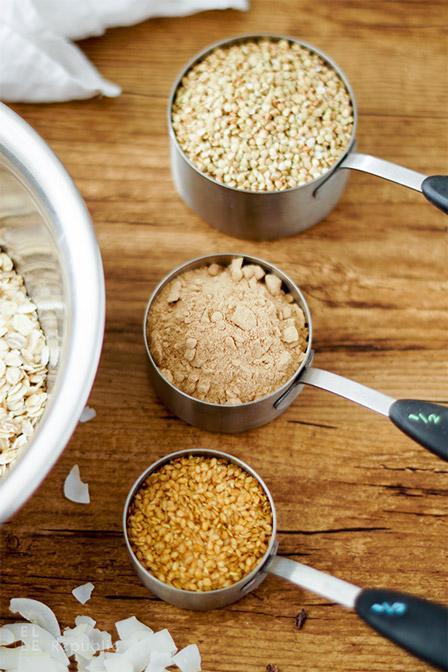 Buchweizengrütze, Leinsamen und Johannisbrotpulver für Buchweizen Granola