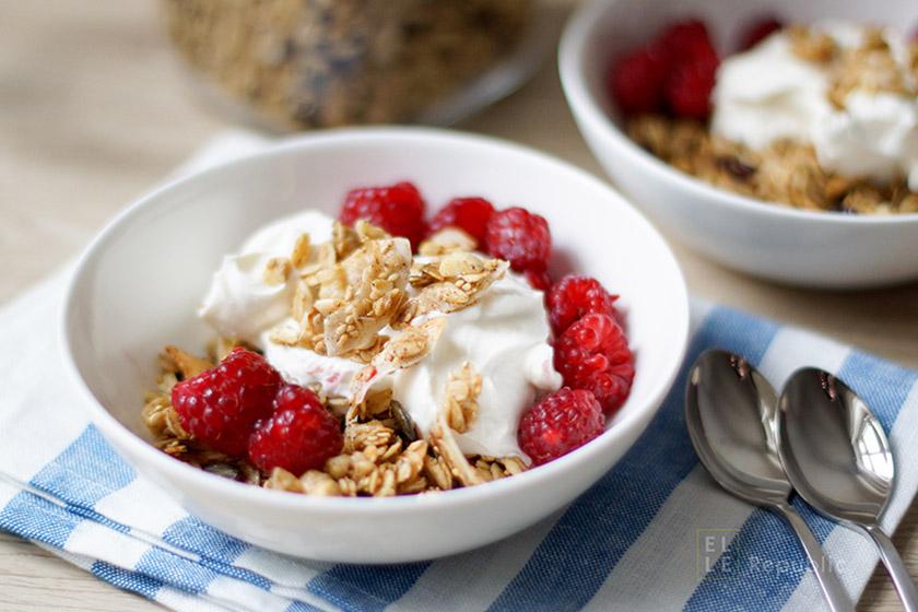 Kokos Granola mit Joghurt und Beeren